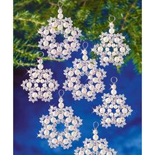 12 Perlenschneeflocken im Set, Ø 5 cm und 6 cm Glamouröser Perlen-Weihnachtsschmuck – in Komplettpackungen zum kreativen Selbermachen.