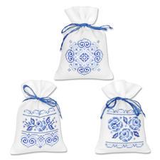 """3 Duftbeutelchen """"Weiss-Blau"""" im Set Stickereien in Blau-Weiss – luftig frisch und dennoch zeitlos klassisch."""