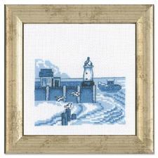 """Miniatur-Stickbild """"Leuchtturm"""" Stickereien in Blau-Weiss – luftig frisch und dennoch zeitlos klassisch."""