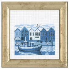 """Miniatur-Stickbild """"Hafen"""" Stickereien in Blau-Weiss – luftig frisch und dennoch zeitlos klassisch."""