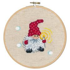 Wichtel mit Kerze, Stickbild Die skandinavische Weihnachtstradition: putzige Wichtel.