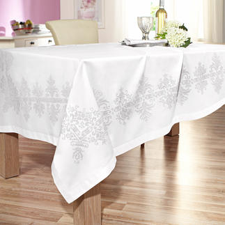 Kreuzstich-Tischwäsche aus feinem Baumwollsatin. Kreuzstich auf feinem Baumwollsatin.