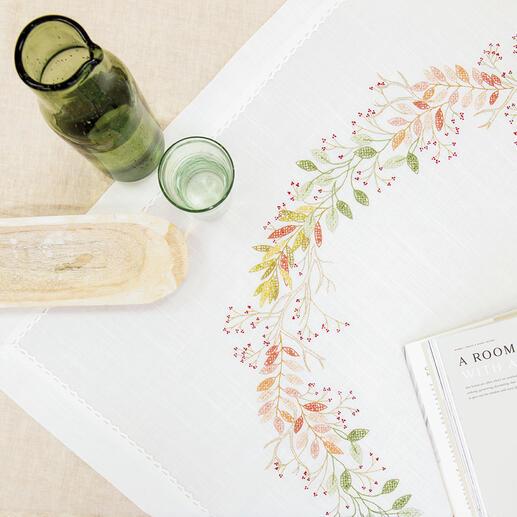 Tischdecke - Herbstkranz Sie sticken das vorgedruckte Motiv in verschiedenen Zierstichen mit hochwertigem Sticktwist. Die Tischdecke ist aus 100%  Polyester und bereits fertig konfektioniert. Waschbar bis 30 °C Schonwäsche. 90 x 90 cm.